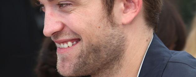 Robert Pattinson grinst jemanden an