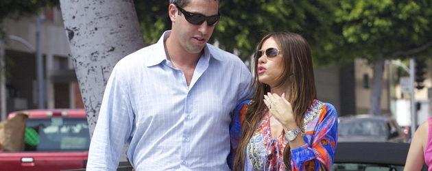 Sofia Vergara mit Sonnenbrille und einer Snake-Tasche