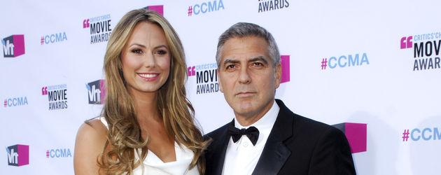 Stacy Keibler im weißen Kleid an der Seite von George Clooney