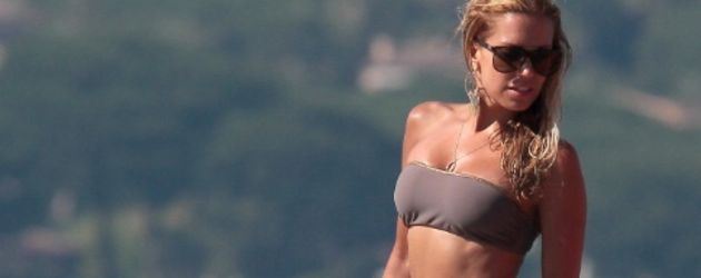 Sylvie im Bikini am Steg