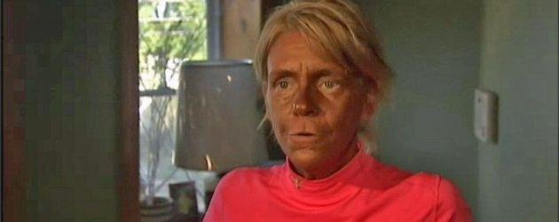 Tanning Mom im lachsfarbenen Pulli