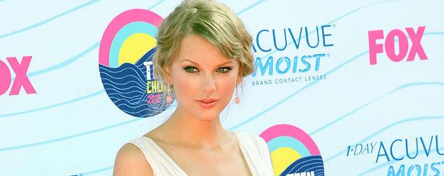 Taylor Swift im weißen Kleid bei den Teen Choice Awards