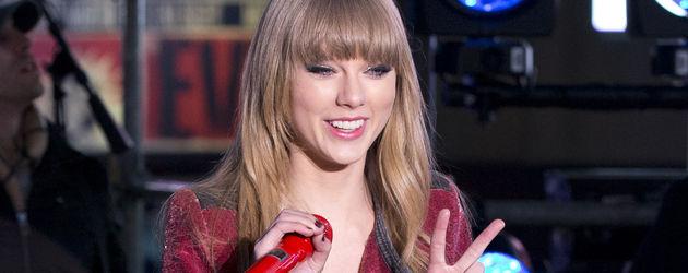 Taylor Swift in roter Lederjacke