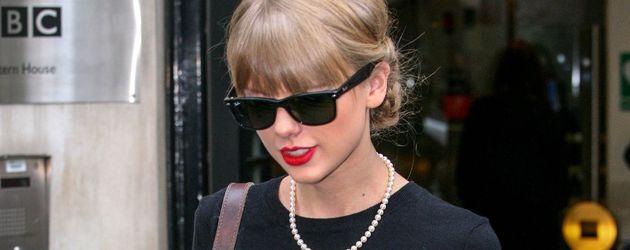 Taylor Swift trägt einen gepunkteten Pullover
