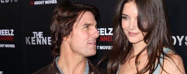Tom Cruise guckt Katie an
