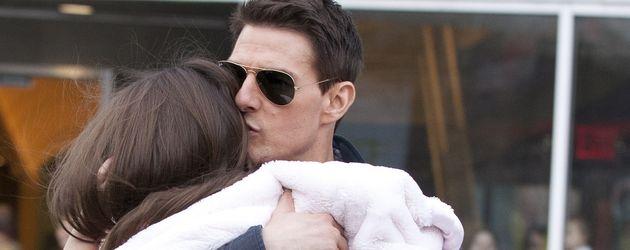 Tom Cruise trägt Suri und gibt ihr einen Kuss