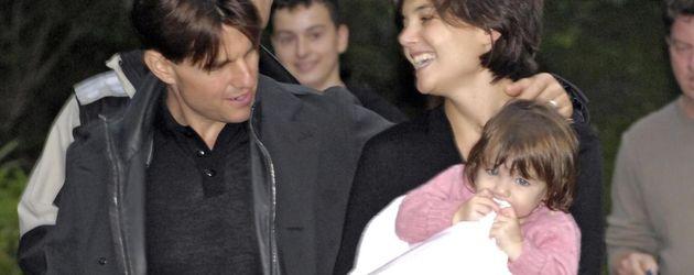 Tom Cruise und Katie Holmes mit Suri in einer Decke