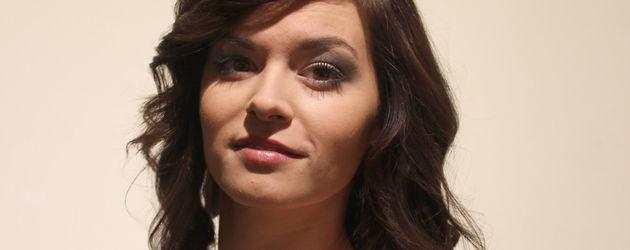 Verbotene Liebe-Star Diane Willems in einem schulterfreien Kleid