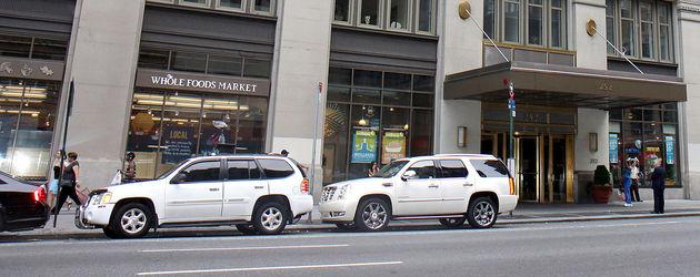 Weißes Cadillac vor Katie Holmes Wohnung