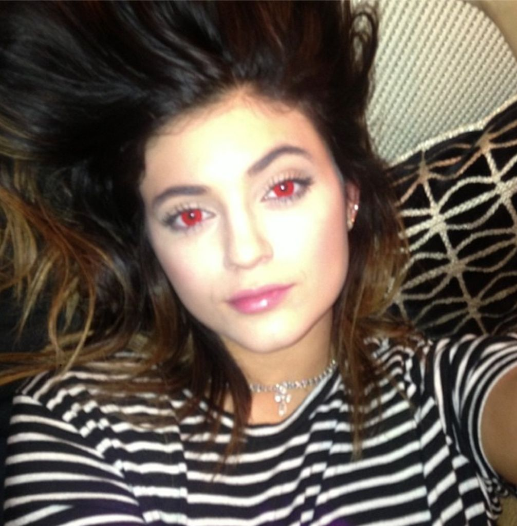 Gruselig Kylie Jenner Mit Roten Kontaktlinsen Promiflashde