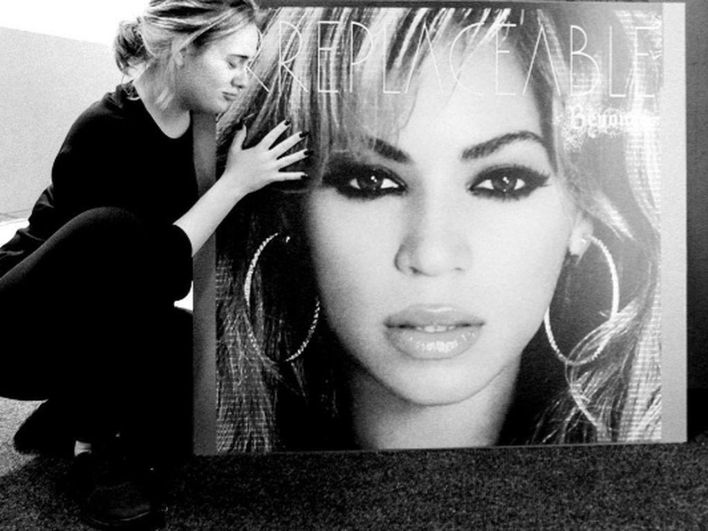 Adele mit einem Beyoncé-Bild