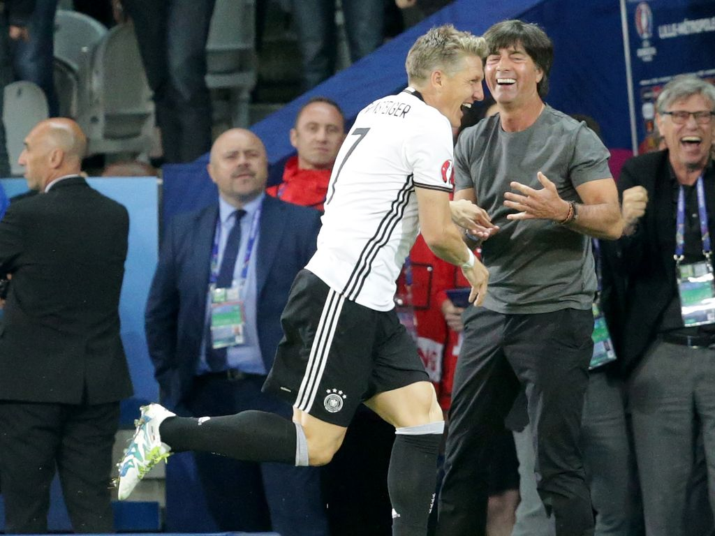Bastian Schweinsteiger jubelt mit Joachim Löw nach seinem Tor zum 2:0 beim EM-Auftaktspiel 2016