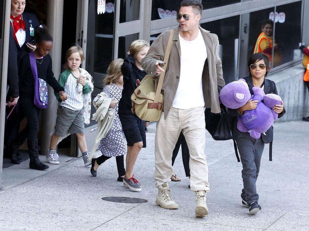 Brad Pitt und seine Kinderschar am LAX