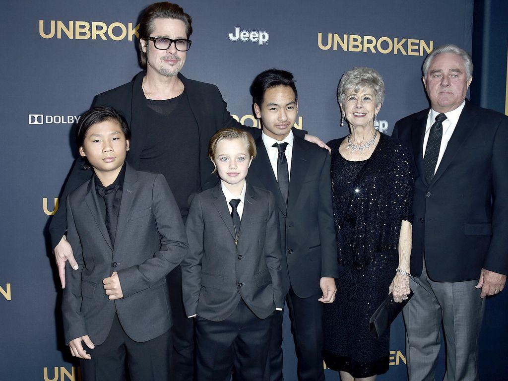 Brad Pitt mit seinen Kindern und seinen Eltern