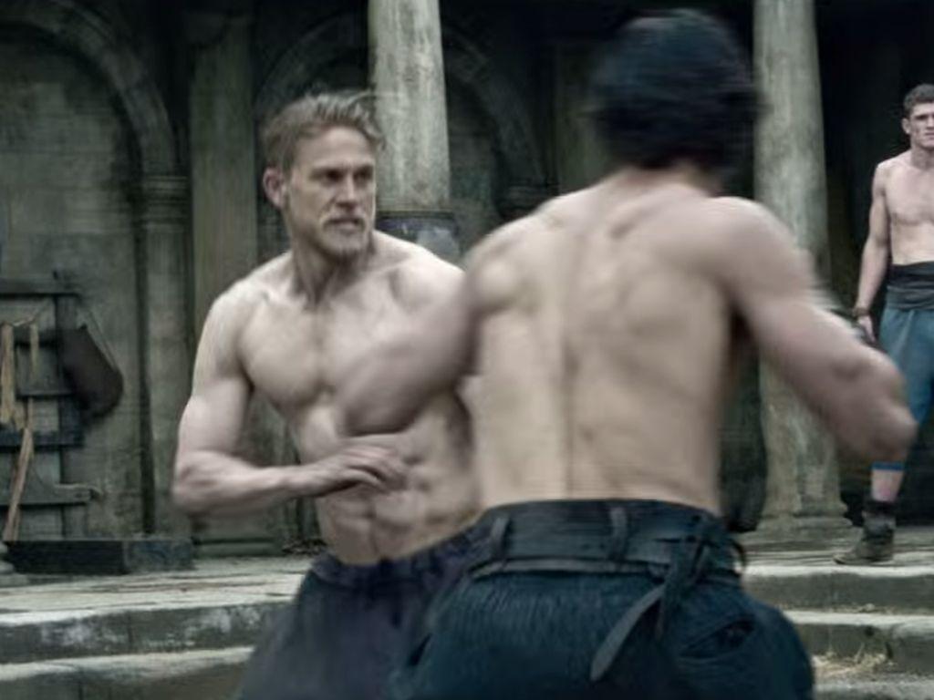 """Charlie Hunnam im Trailer von """"King Arthur"""""""