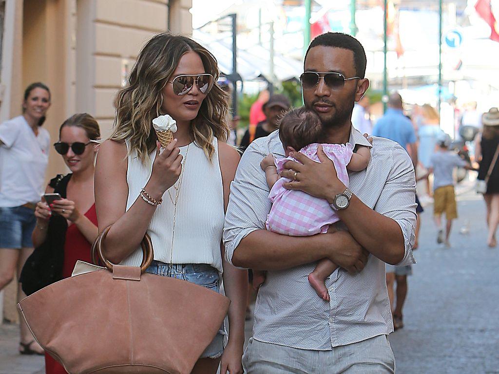 Chrissy Teigen, John Legend und Töchterchen Luna in Frankreich
