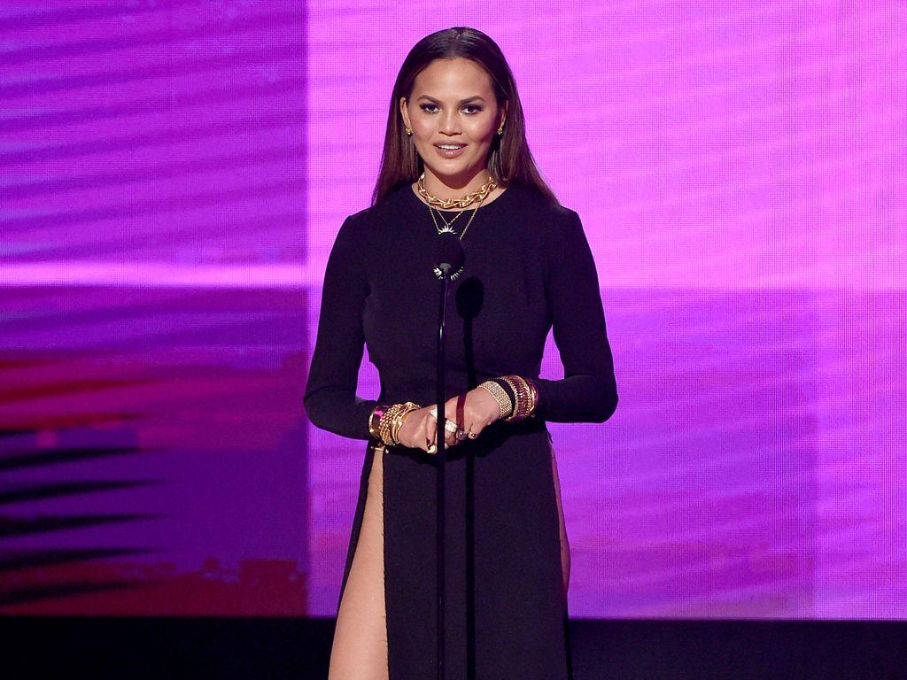 Chrissy Teigen im November 2016 auf der Bühne bei den American Music Awards in L.A.