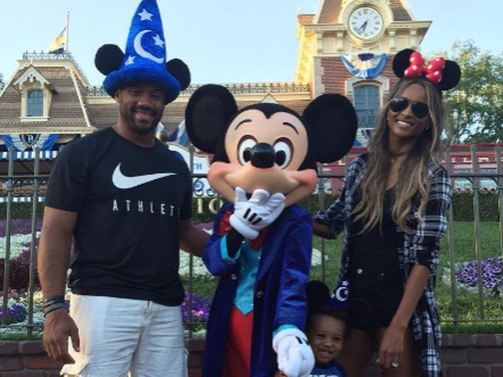 Ciara, Russell Wilson und Future Zahir Wilburn im Disneyland