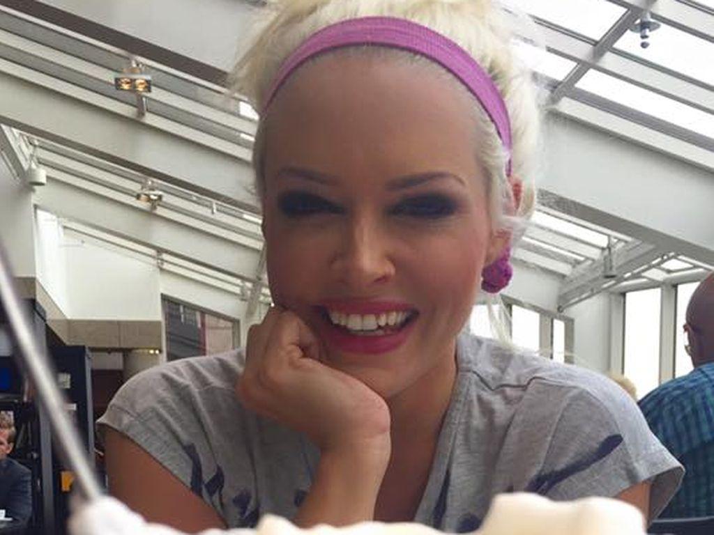 Daniela Katzenberger in einem Café