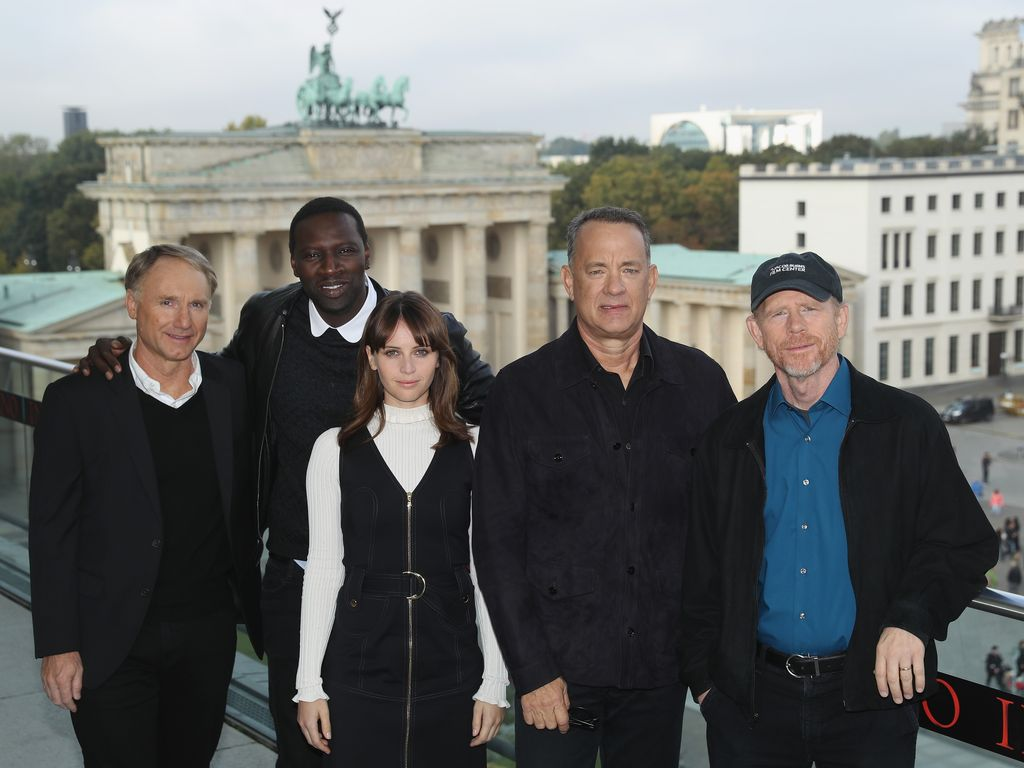 Dan Brown, Omar Sy, Felicity Jones, Tom Hanks und Ron Howard vor dem Brandenburger Tor, 2016