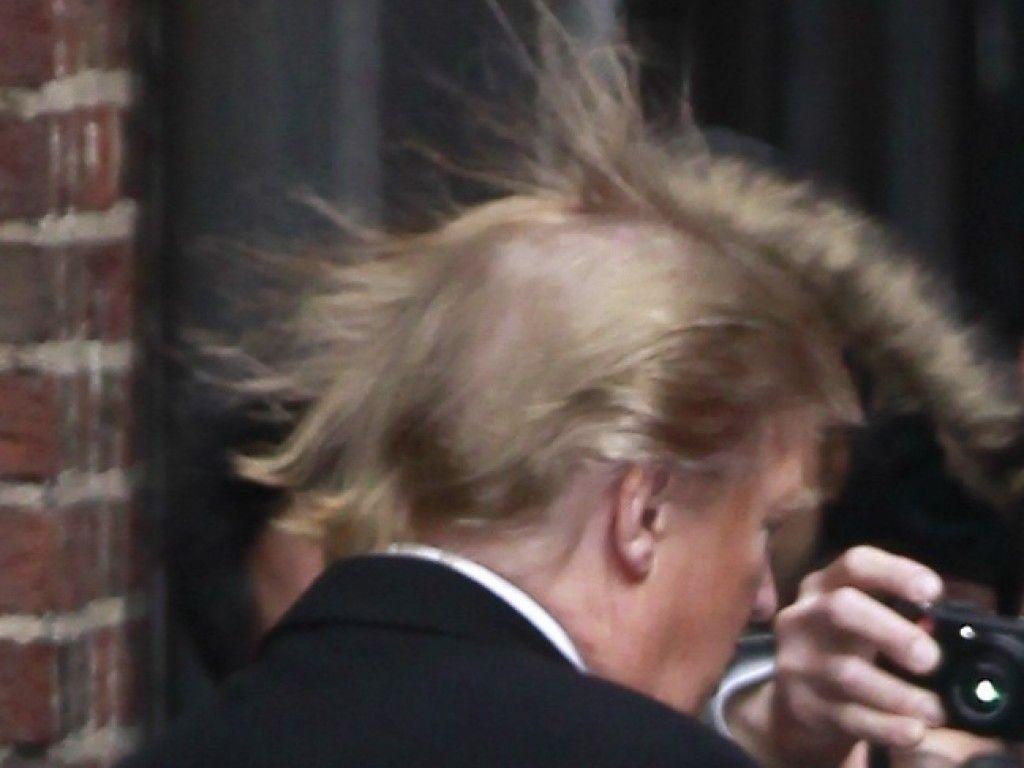 Vom Winde verweht: Donald Trumps Haare mal anders | Promiflash.de