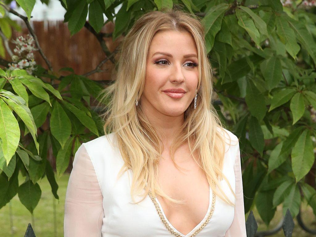 Ellie Goulding im weißen Engels-Dress