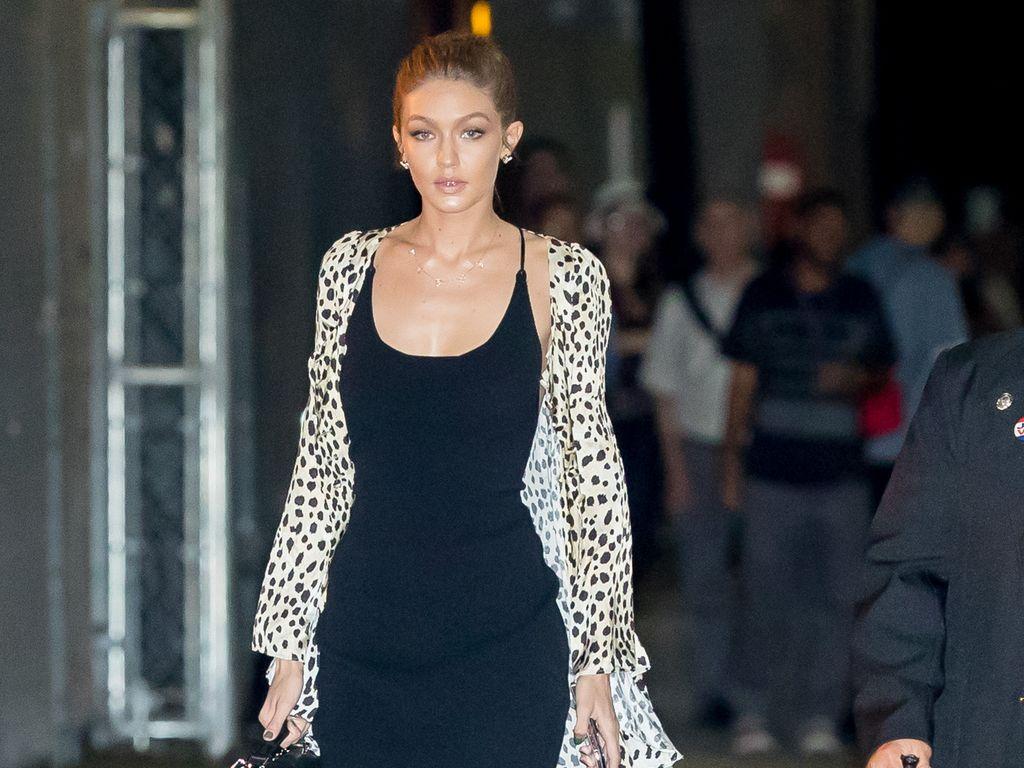 Gigi Hadid in einem bodenlangen Leo-Mantel