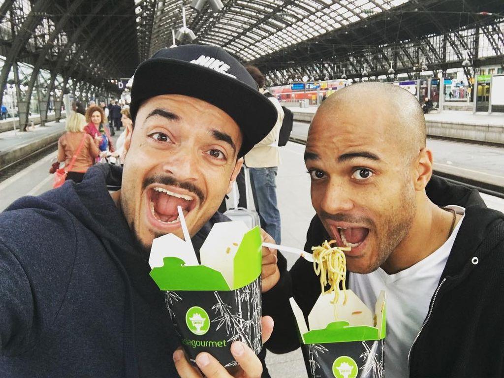 Giovanni Zarrella und David Odonkor am Bahnhof