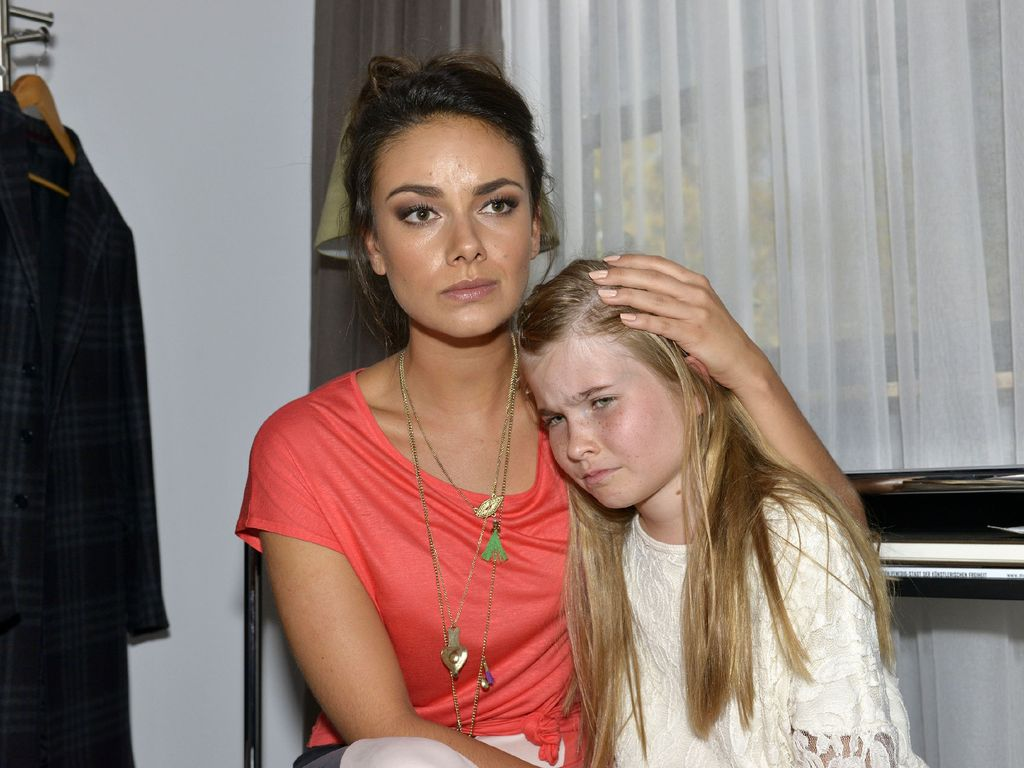 GZSZ: Jasmin (Janina Uhse, l.) mit Johanna (Charlott Reschke)