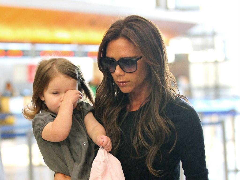 Harper Seven und Victoria Beckham am LAX