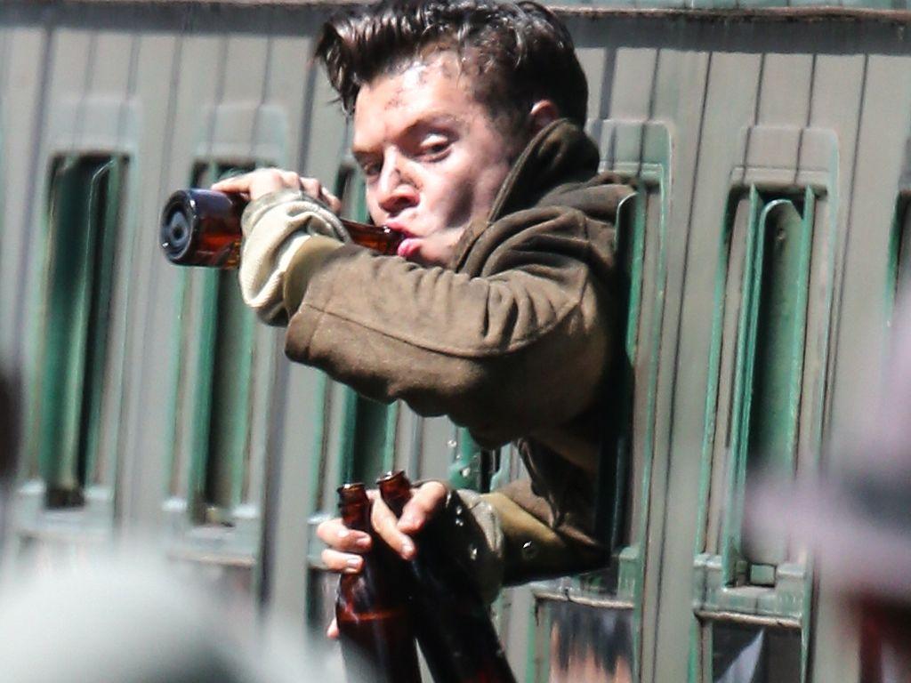 """Harry Styles mit Bier am Set von """"Dunkirk"""""""