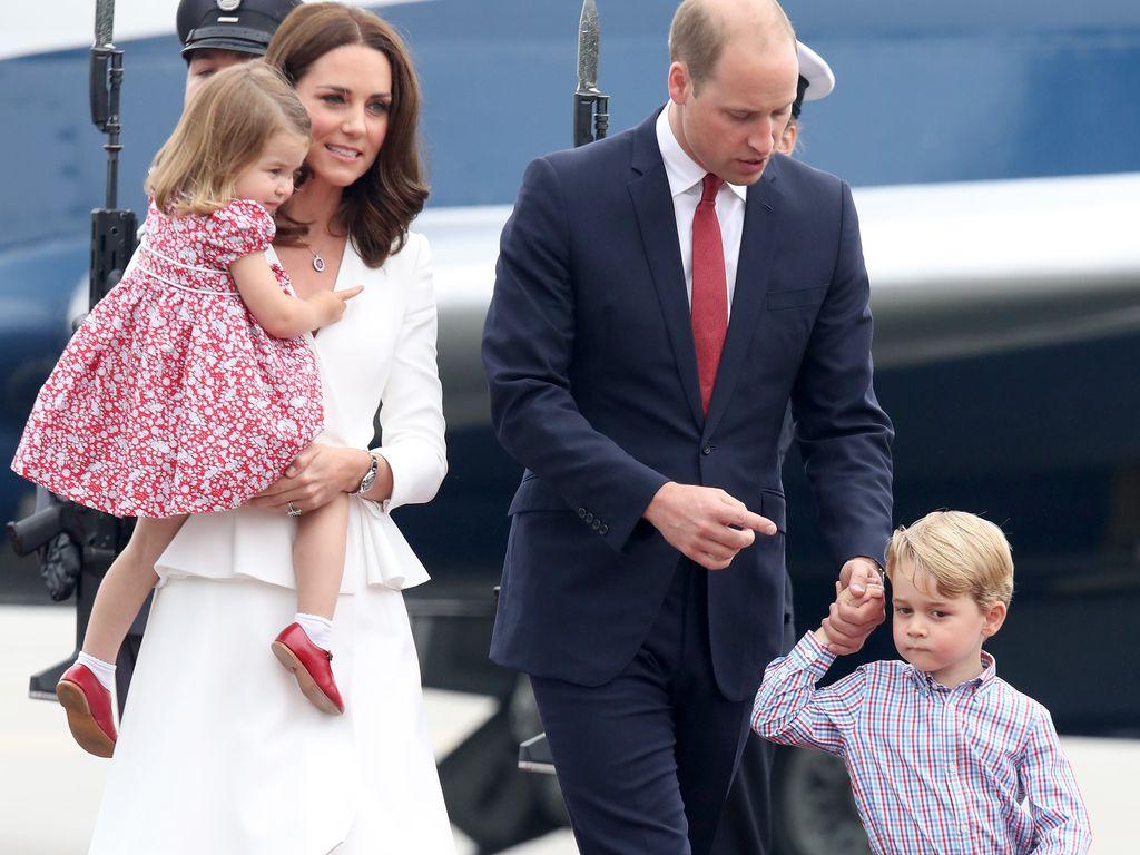 Herzogin Kate und Prinz William mit ihren Kids am Flughafen in Polen