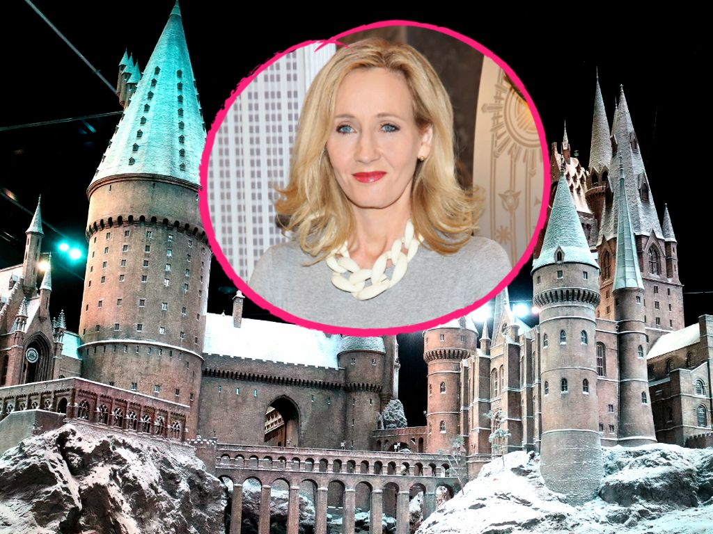 J.K. Rowling vor Schloss Hogwarts