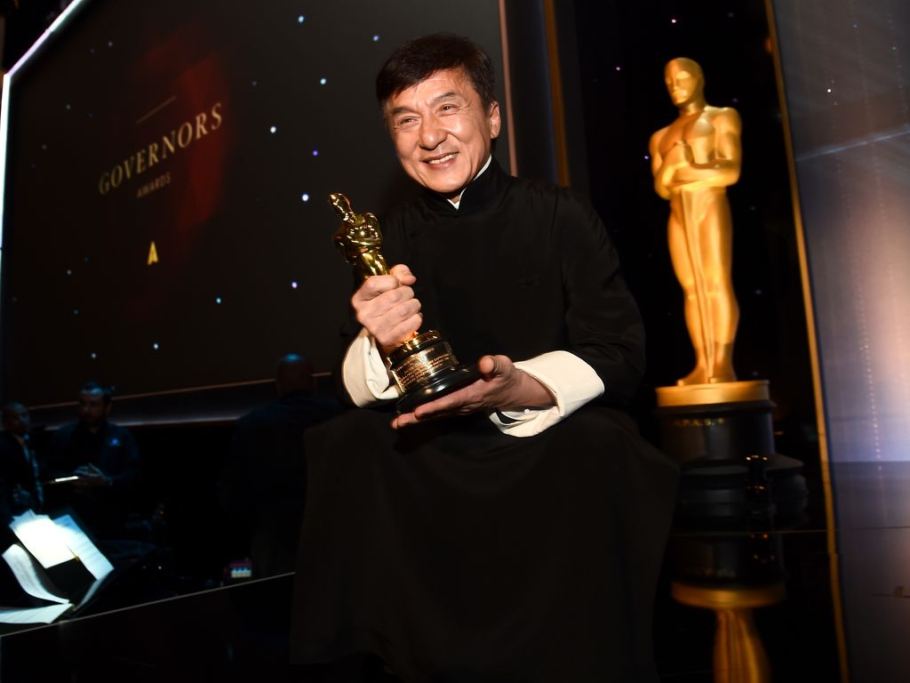 "Jackie Chan mit seinem Oscar bei den ""Govenors Awards"" im November 2016 in Los Angeles"