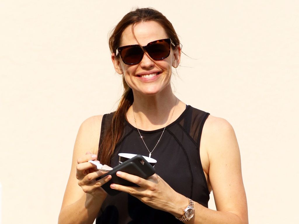 Jennifer Garner mit einem Frozen Yoghurt unterwegs in Hollywood
