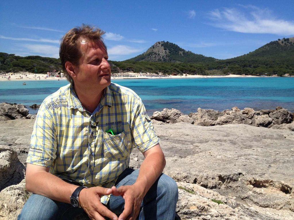 Jens Büchner am Strand von Mallorca