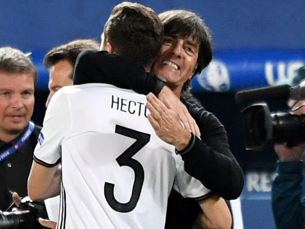 Jogi Löw umarmt Jonas Hector nach seinem Elfer-Tor gegen Italien 2016