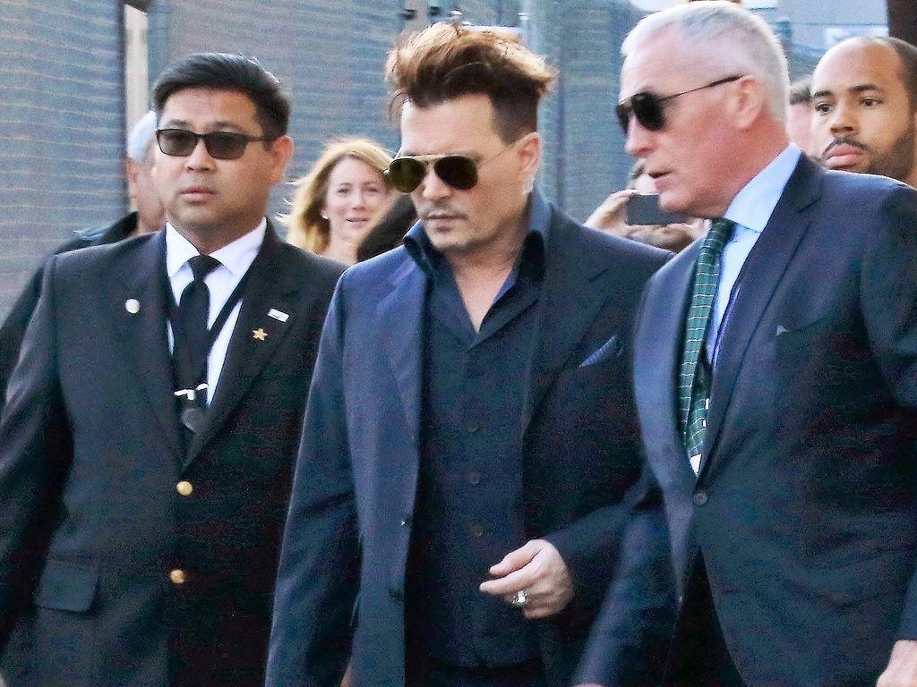 """Johnny Depp mit Security-Leuten beim Verlassen des """"Jimmy Kimmel Live""""-Studios"""