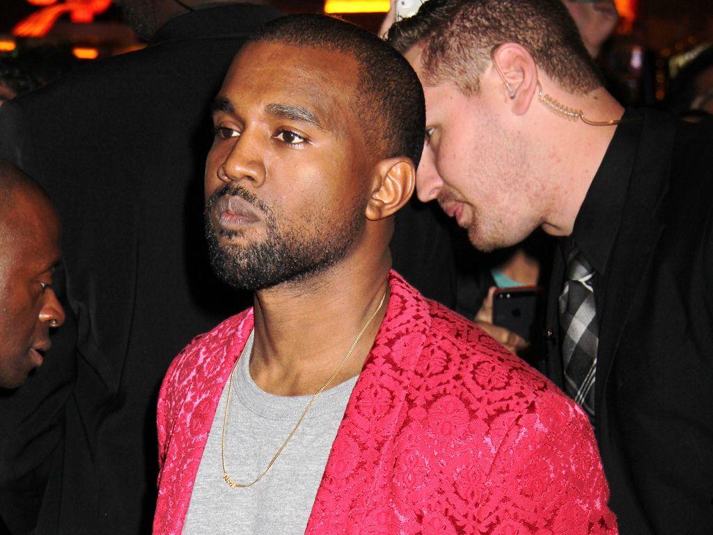 Kanye West in knalligem Blazer