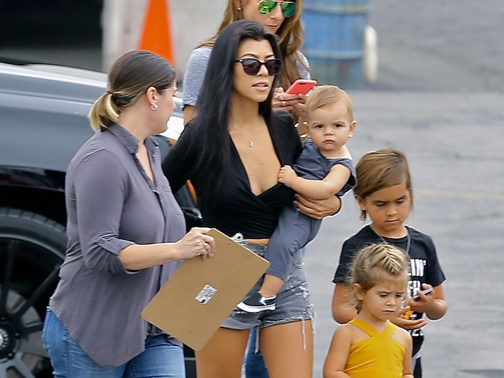 Kourtney Kardashian mit ihren Kids in Burbank