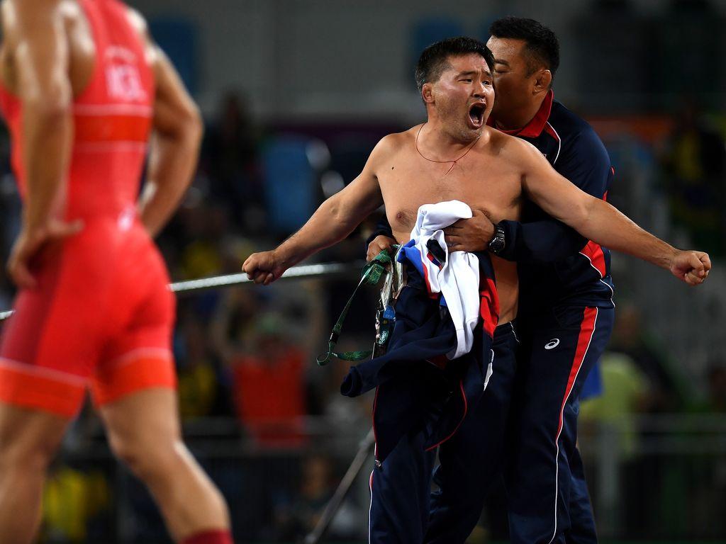 Mandakhnaran Ganzorigs Coach aus der Monoglei bei seinem Nackt-Protest in Rio