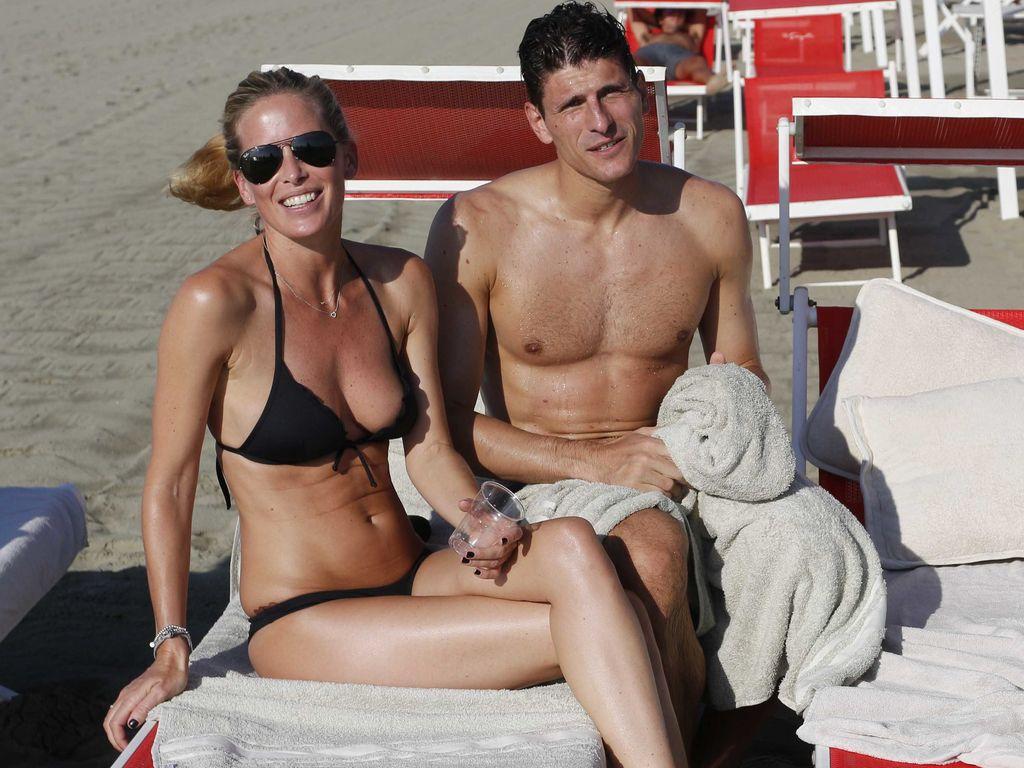 Mario Gomez und Carina Wanzung am Strand