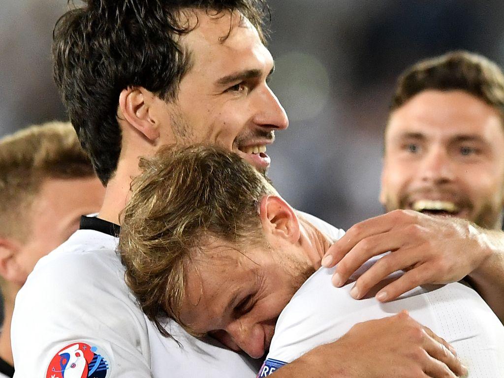 Mats Hummels und Benedikt Höwedes nach den Einzug ins EM-Halbfinale 2016