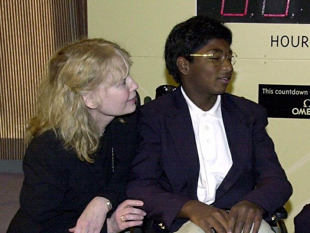 Mia Farrow mit ihrem Sohn Thaddeus im Jahr 2000