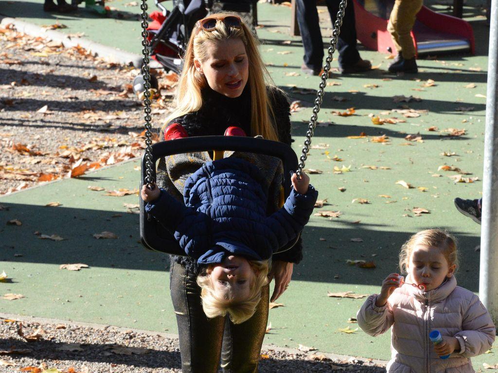 Michelle Hunziker mit Celeste und Sole in einem Park