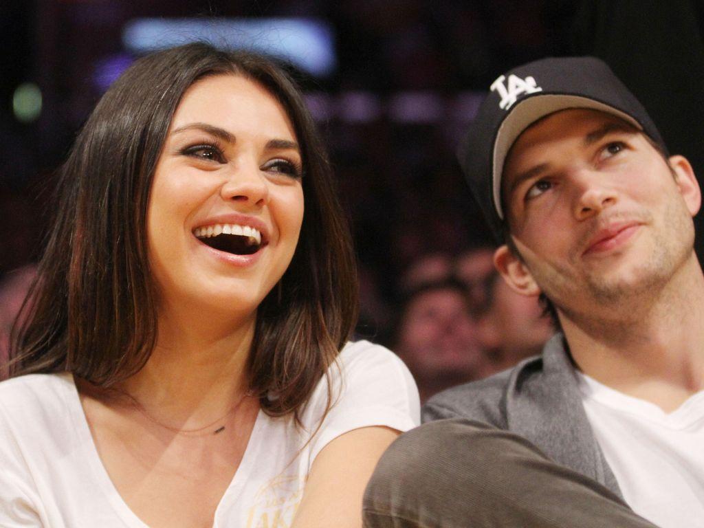 Mila Kunis und Ashton Kutcher bei einem Basketball-Spiel