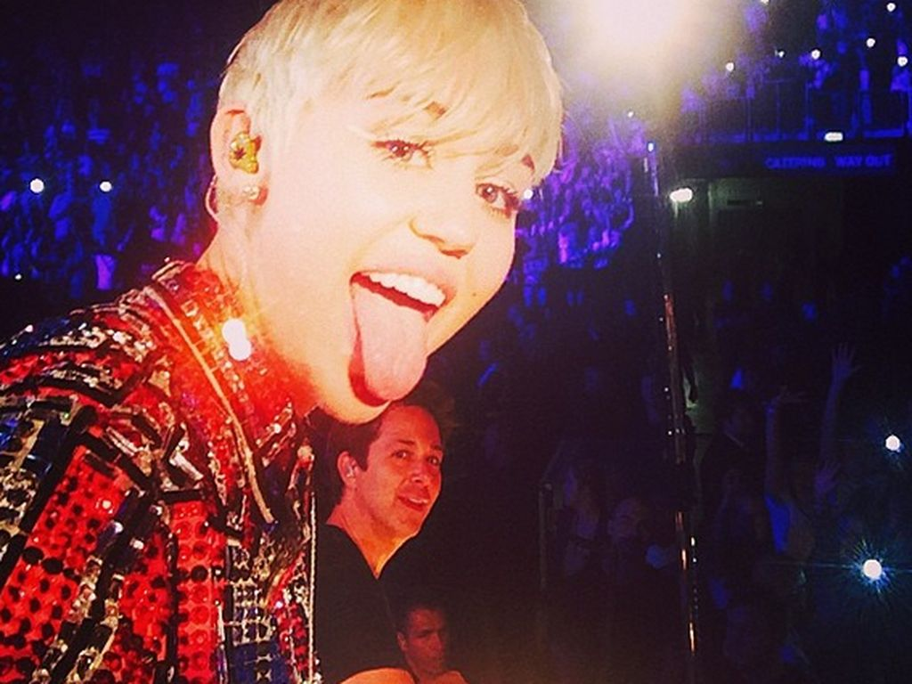 Miley Cyrus Rt Fans -7780
