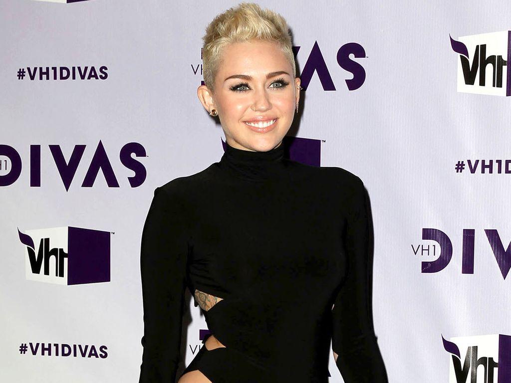 Miley Cyrus im Cut-Out Dress