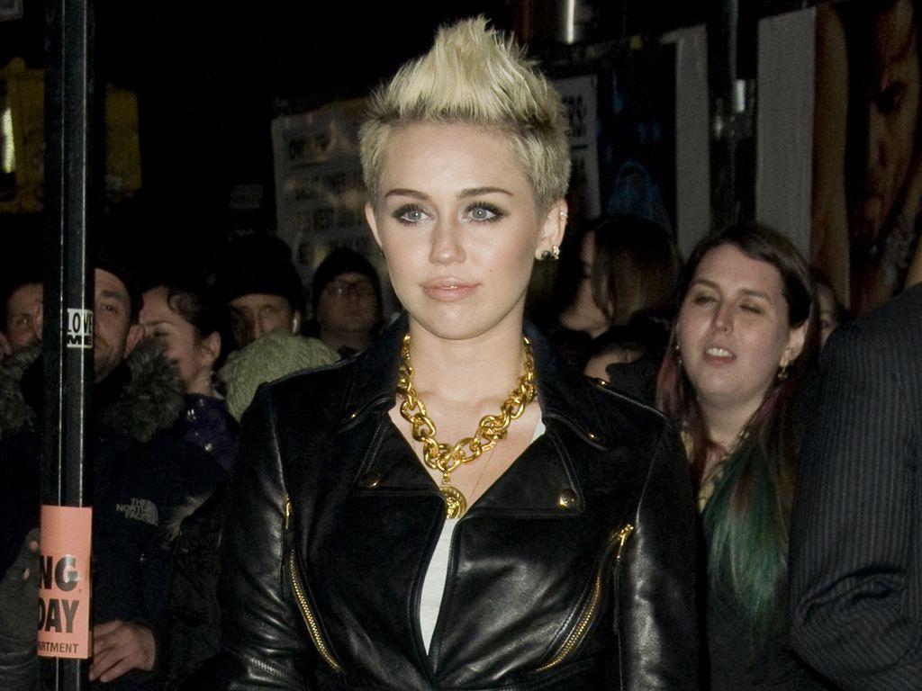 Miley Cyrus trägt eine Lederjacke