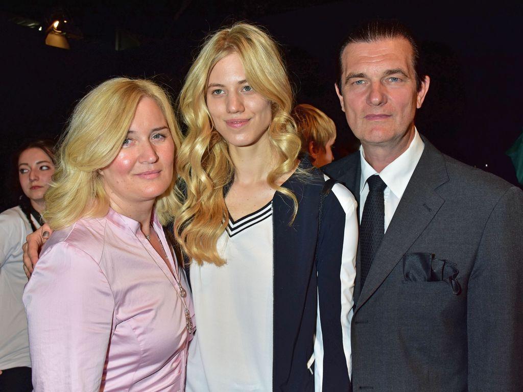 Larissa Marolt mit ihren Eltern Elke (l.) und Heinz (r.)